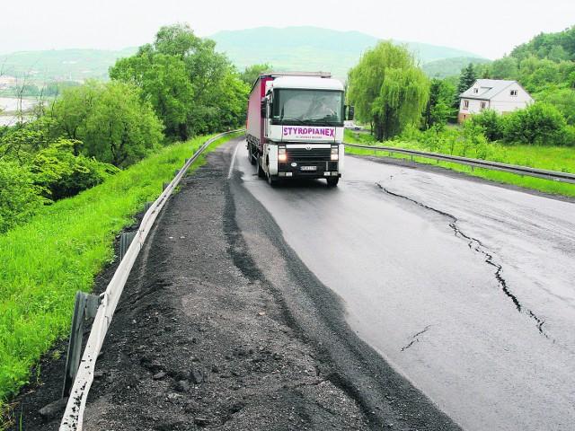 Osuwisko z drogą na Juście codziennie rozjeżdżają setki najcięższych samochodów