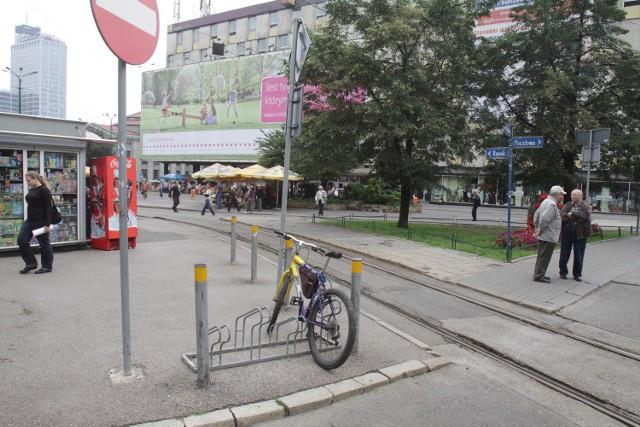Stojaki przy rynku w Katowicach