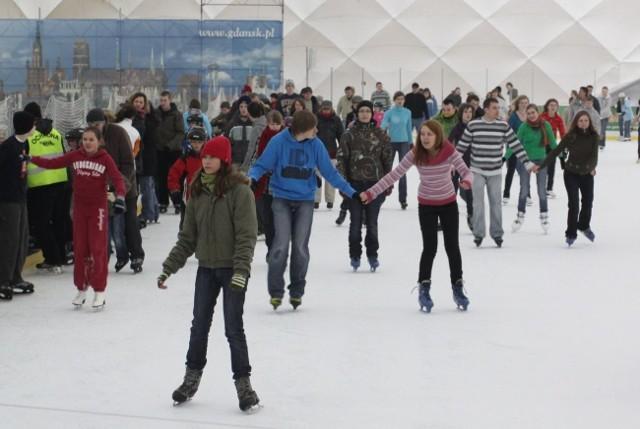 Chętni do jazdy na łyżwach na Placu Zebrań Ludowych muszą uzbroić się w cierpliwość