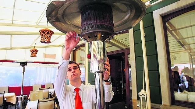 Gdy tylko na Rynku robi się chłodniej, Mateusz Zaręba, kelner z restauracji Qchnia Polska, włącza ogrzewanie