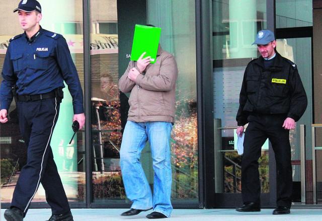 Mirosław C. wychodzi z sądu z wyrokiem dożywocia