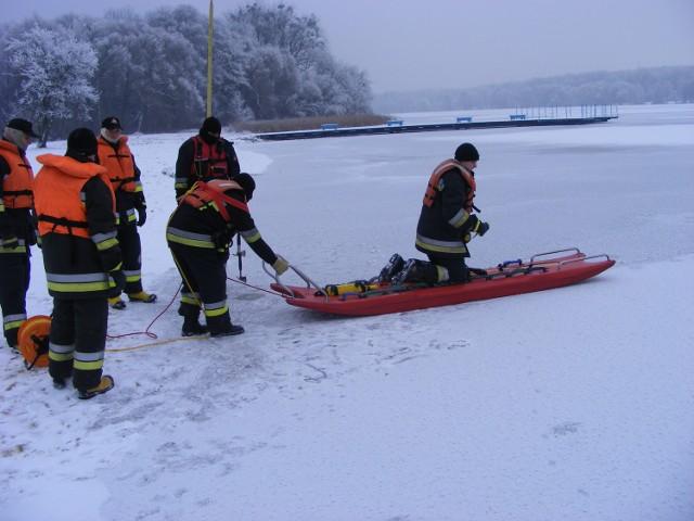 Nie minęła godzina, jak strażacy z JRG nr 1 w Poznaniu zakończyli ćwiczenia na jeziorze Rusałka, a znów musieli na nie jechać. Tym razem, by ratować tonącego.