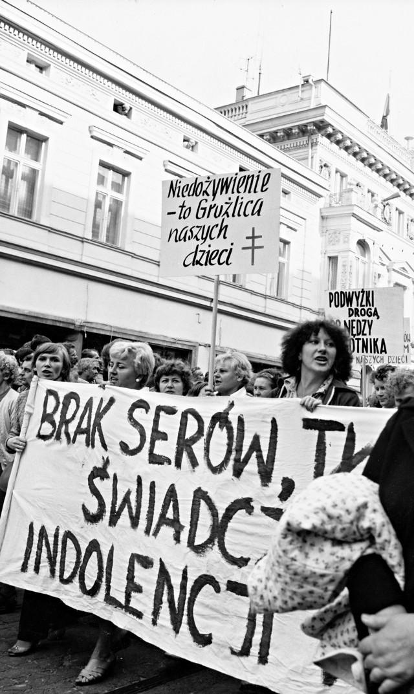 Łódzki ''Marsz głodowy'' wstrząsnął całą Polską. Wrażenie musiały robić krzyczące kobiety z dziećmi