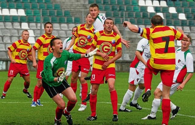 Od początku spotkania piłkarze z Kluczborka zepchnięci zostali do obrony