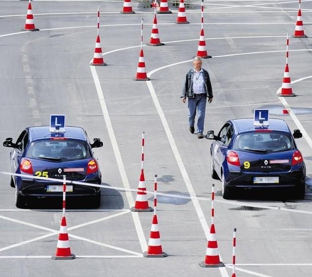 Prowadzący szkoły nauki jazdy chcą, aby kurs kosztował 1600 zł, a egzamin 500 zł.