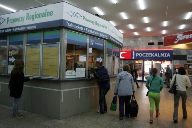 Na poznańskim dworcu pasażerowie nie uskarżali się w czwartek na problemy wynikające z dłuższej podróży i zmian godzin odjazdu
