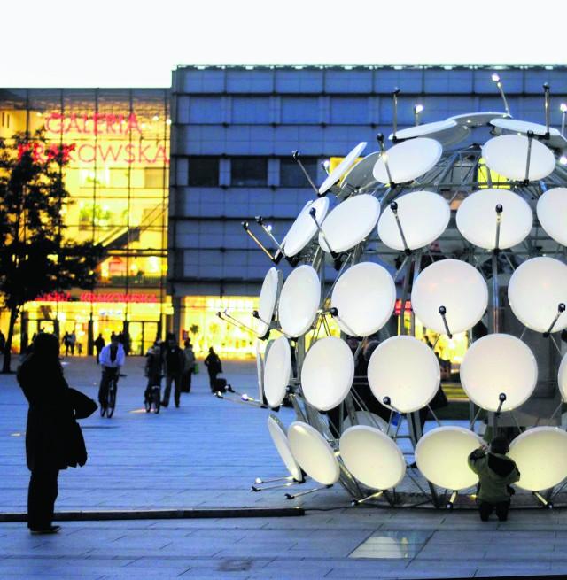 Multimedialna kula  stoi na placu przed Galerią Krakowską