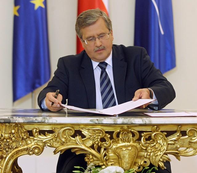 Prezydent Bronisław Komorowski wręczył odznaczenia państwowe rektorom wyższych uczelni oraz nominacje profesorskie