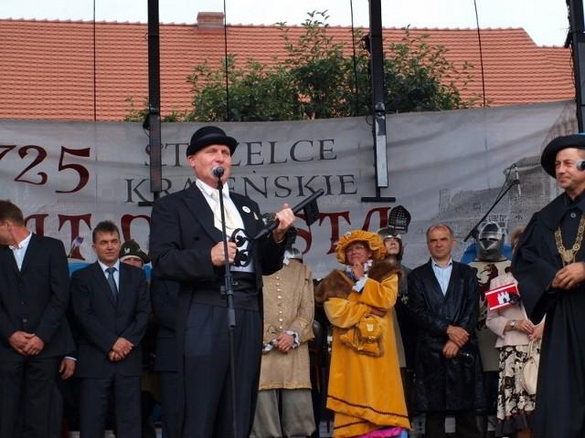 Burmistrz Tadeusz Feder (w środku) nie żyje