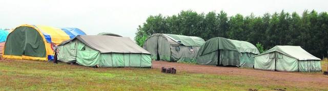 Po zatrzymaniu kwatermistrza rodzice innych dzieci przyjeżdżają i zabierają swoje pociechy z letniego obozu