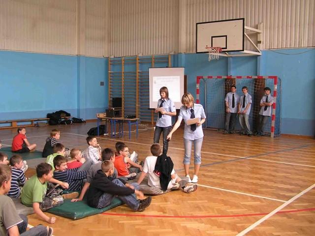 Licealiści z klasy policyjnej odwiedzili podstawówki