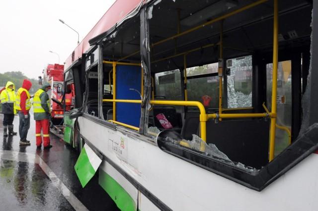Ul. Krochmalna: Ciężarówka uderzyła w autobus