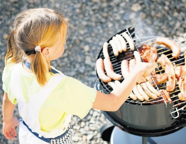 Zapach pieczonej kiełbaski lub mięsa poczuć można prawie w każdym ogrodzie . Miłośnicy grillowania są coraz młodsi