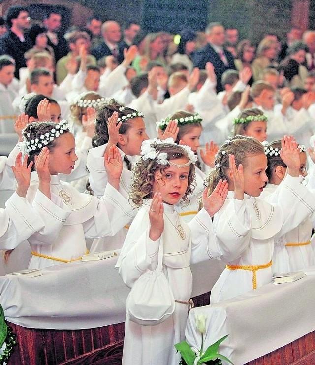 W większości parafii do I Komunii Świętej dzieci przystępują w białych albach