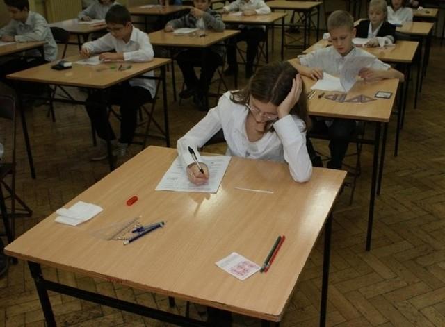 Szóstoklasiści w SP nr 13 w Poznaniu podczas próbnego egzaminu