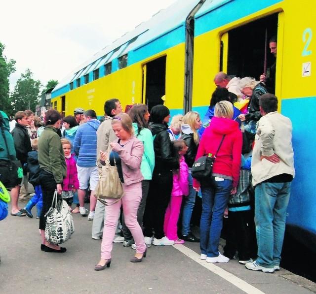 Ścisk w Helu. Kolej jednak nie wszędzie śle piętrowe pociągi