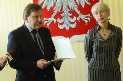 W całej Polsce na ręce wojewodów składane są petycje do premiera Donalda Tuska w sprawie reformy oświaty.