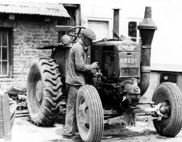 Ciągnik Ursus C-45. Pierwszy ciągnik po II wojnie światowej produkcji polskiej, wykorzystywany w czasie praktyk studenckich w Zakładzie Maszynoznawstwa Rolniczego Wydziału Rolnego (1948 r.)