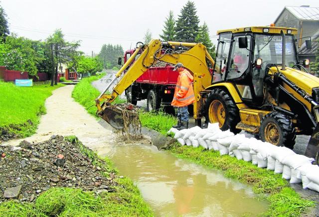 Ciężki sprzęt i worki z piaskiem miały uratować mieszkańców Pleśnej przed potopem