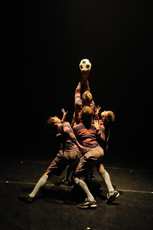 """Scena ze spektaklu """"Taneczny hołd sztuce futbolu"""""""