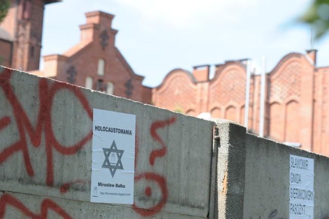 Bulwersujące plakaty Krasnalsów.