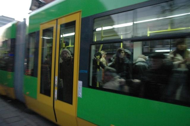 Motornicza musiała zatrzymać tramwaj, bo niewidomy, który żebrał, awanturował się, obrzucał wyzwiskami pasażerów, nie reagował na prośby o opuszczenie pojazdu.