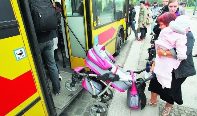 Na niedokończonym przystanku przy ul. Świeradowskiej pasażerów straszą także dziury wypełnione śmieciami