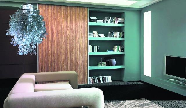 W szafach systemowych można umieścić różne rodzaje pojemników i półek