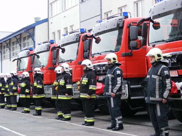 Nowe wozy gaśnicze otrzymali między innymi strażacy z gminy Stęszew (pierwsi z prawej)