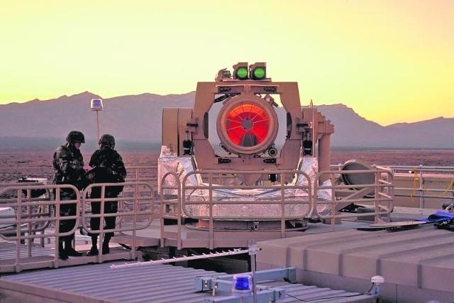 Prototyp przeciwrakietowego działa laserowego w czasie testów na poligonie w stanie Nowy Meksyk w USA