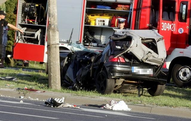 24 lipca ok. godz. 18 w wypadku na ul. Smorawińskiego na Czechowie w Lublinie zginęły dwie osoby. Peugeot, którym jechały, rozbił się na słupie latarni. Wypadek na Smorawińskiego: Dwie osoby nie żyją (ZDJĘCIA)