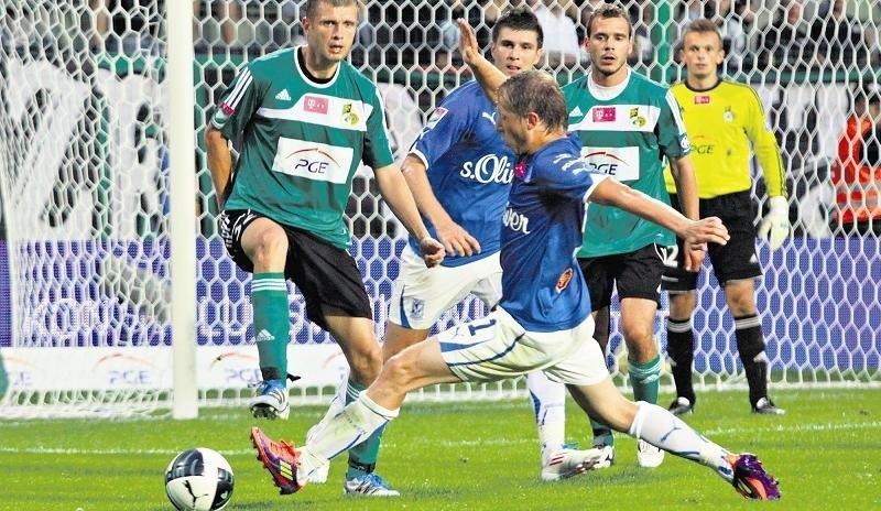 Lech  z GKS Bełchatów przy Bułgarskiej przeważnie remisował. Poznaniakom o wiele lepiej grało się z tym zespołem na wyjeździe. 15 sierpnia 2011 roku wygrali 3:0