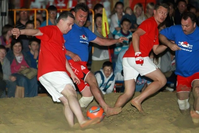 Pl. Zamkowy: Gwiazdy na turnieju piłki plażowej
