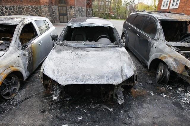 Spalone samochody na Łazarzu.
