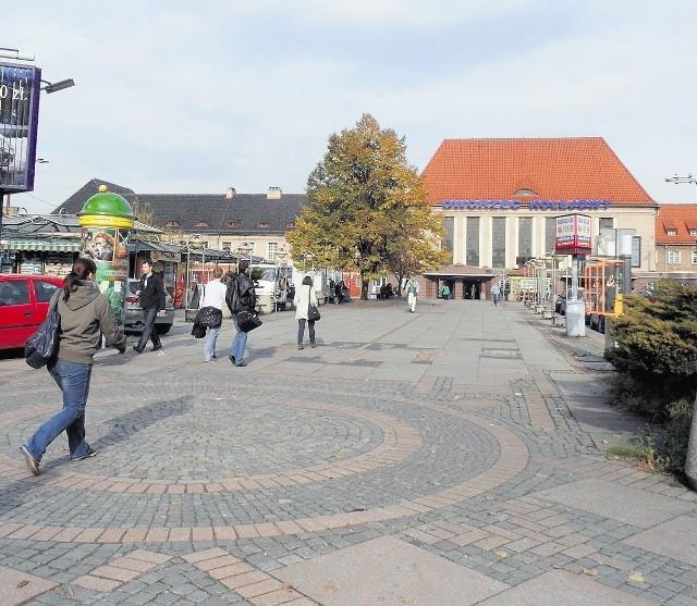 Gliwice Teren przy Dworcu PKP. Miejsce smutne i zaniedbane, przechodniów odstraszają stare kioski. Całość krajobrazu dopełnia stary dworzec PKP. Mimo ławek nikt się tutaj nie zatrzymuje.