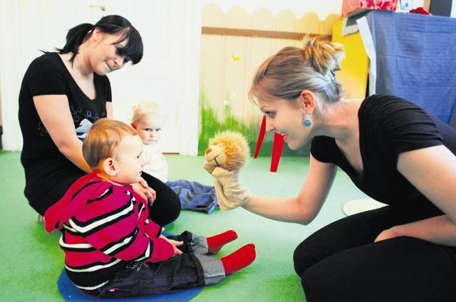 Monika Skikiewicz i lew Stefanek zapraszają Hanię  i  Julkę do zabawy