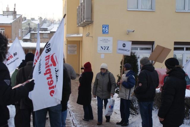 Protest związkowców przed siedzibą lubelskiego oddziału NFZ