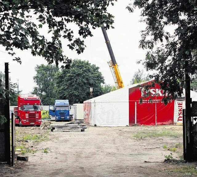 Hotelioni Poznań, nielegalnie powstające miasteczko kontenerowe, być może przyjmie kibiców Euro 2012