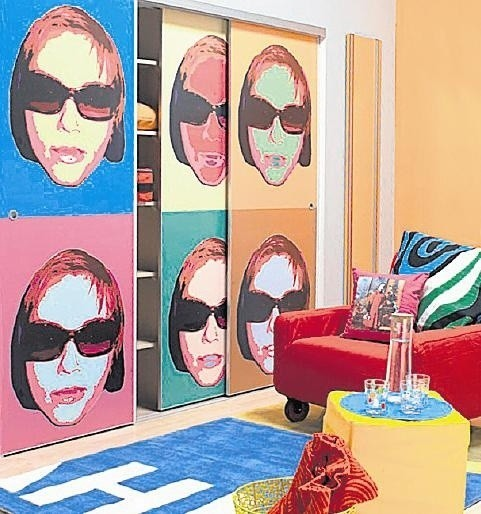 Kolorowa szafa idealna do pokoju dziecięcego.