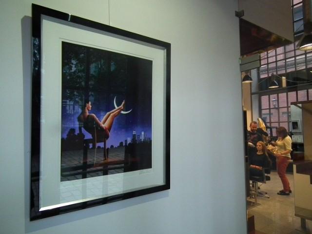 Prace Rafała Olbińskiego tym razem nie są pokazywane w galerii, ale w salonie fryzjerskim.
