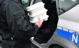 Kartuzy: Policjanci dowożą radiowozem posiłki dla zatrzymanych