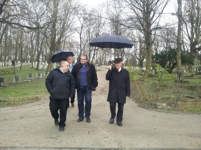 Radni z komisji kultury objechali w sobotę poznańskie miejsca pamięci