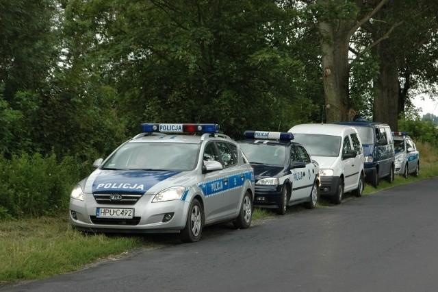 Ciało nastolatka policjanci znaleźli w lesie.