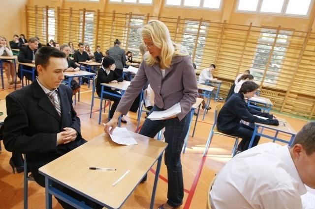 Gimnazjaliści nie muszą się martwić - jeśli zaznaczyli jedną z dwóch poprawnych odpowiedzi, dostaną punkt.
