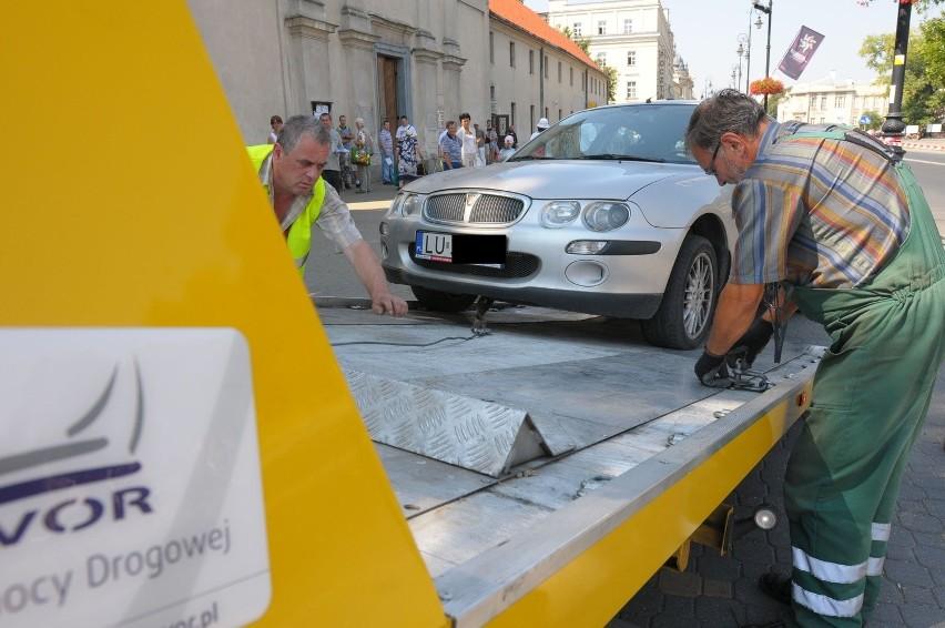 Straż Miejska odholowała auta z Krakowskiego Przedmieścia (ZDJĘCIA)
