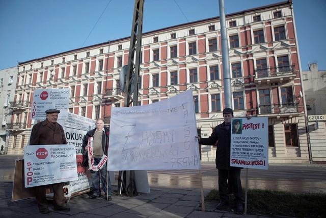 Pod prokuraturą okręgową  protestowało w piątek Stowarzyszenie Osób Poszkodowanych przez Prokuraturę.