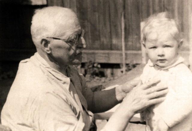 Mateusz Foksowicz (1884-1965) z jednym ze swoich wnuków, zdjęcie z lat 60.