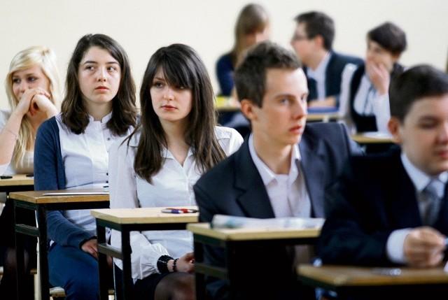 Uczniowie Gimnazjum nr 34 podczas zdawania egzaminu gimnazjalnego