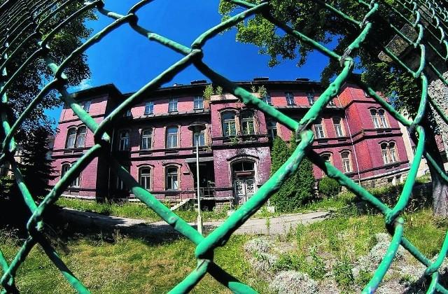 Budynek po szpitalu dziecięcym w dzielnicy Gaj składa się z trzech potężnych obiektów