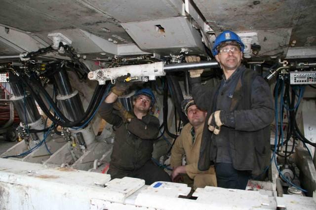 Pracownicy kopalni przygotowują urządzenie, które od sierpnia będzie fedrować węgiel w Zofiówce